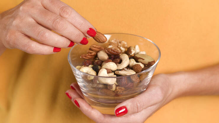 Eating With Your Hands Make You Snack More | 97.1 WASH-FM