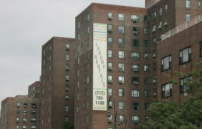 A sign advertises apartment for rent at