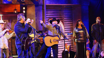 """image for Garth Brooks Drops Live """"Dive Bar"""" Video With Blake Shelton (WATCH)"""