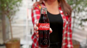 image for VIDEO Mujer Abre Coca-Cola en El Fondo del Mar y Lo Que Sucede es Asombroso