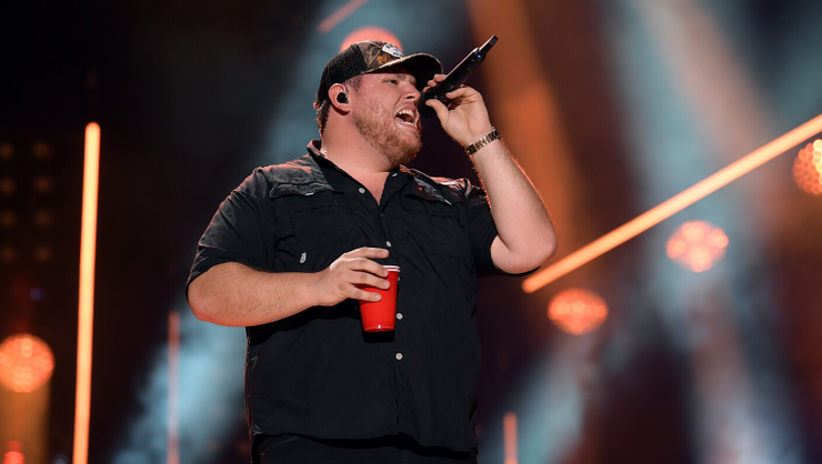 """Luke Combs Dedicates Unreleased Song, """"Without You"""" To Family"""