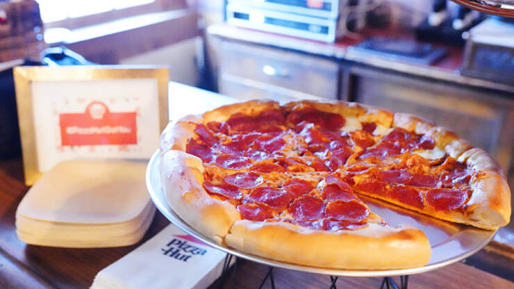 Pizza Hut Prepares To Give 500,000 Free Pizzas To Graduating Seniors | 93.3 FLZ | Katie Sommers