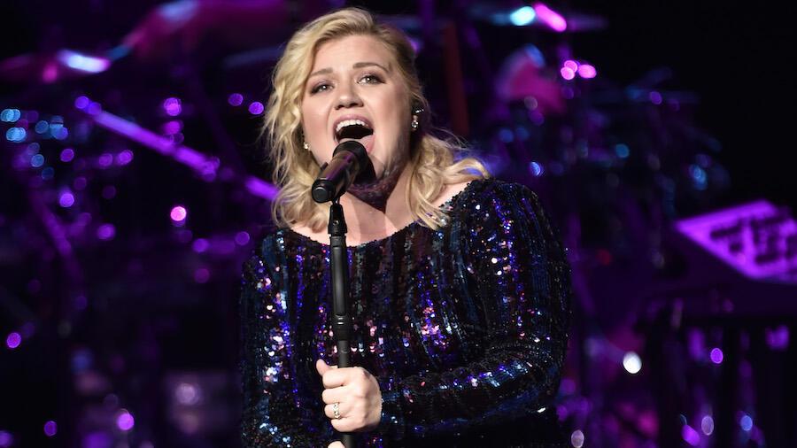 Kelly Clarkson Looks Heartbroken As She Covers Etta James Breakup Song