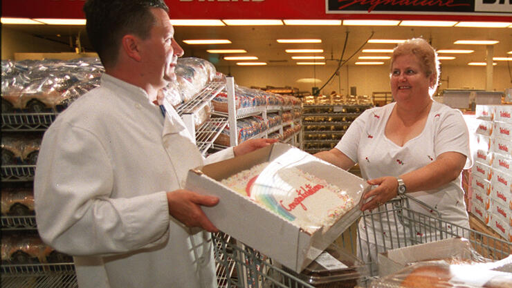 GAUNCE 06/22/01 Elizabeth Gaunce on rt with Bakery Manager Alex Fowler on left-shopping cart filled