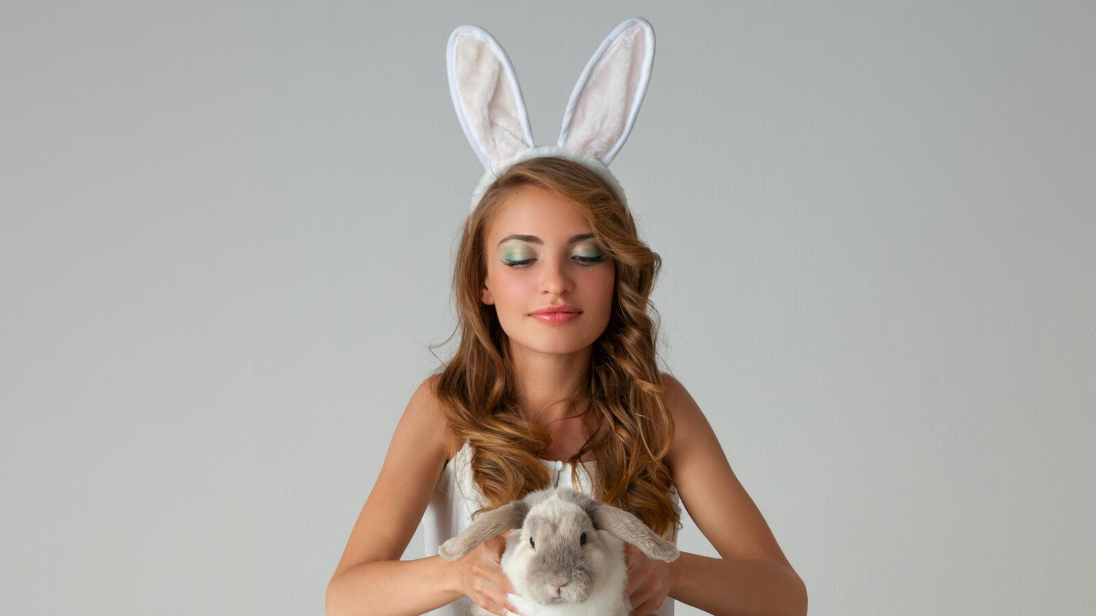 "A Thief Steals the World's Largest Bunny ...from a Former ""Playboy"" Bunny"