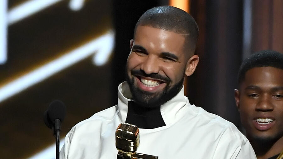 Drake Shows Off His Abs & Toned Arms In Shirtless Gym Video