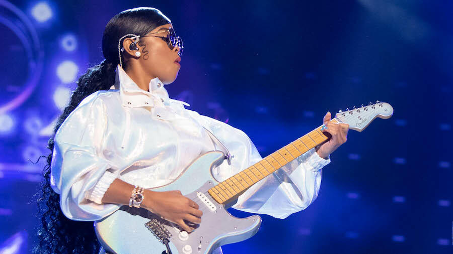H.E.R. Brings Out 200 Guitar Students To Perform 'Glory' At 'VAX Live'