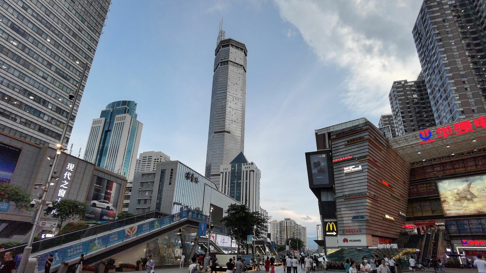 Video of a 980-foot skyscraper in China Begins to Wobble and People Panic.