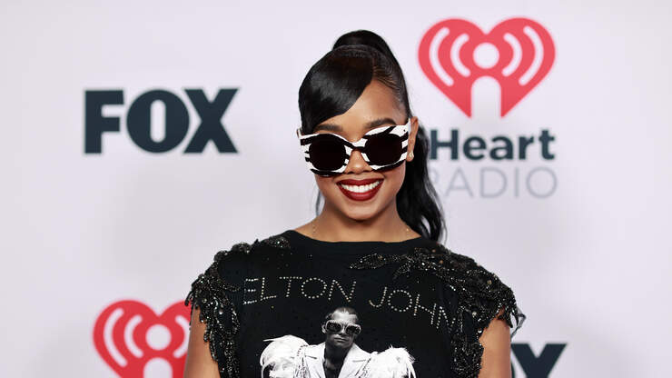 H.E.R. Pays Tribute to Elton John With 2021 iHeart Awards Red Carpet Look