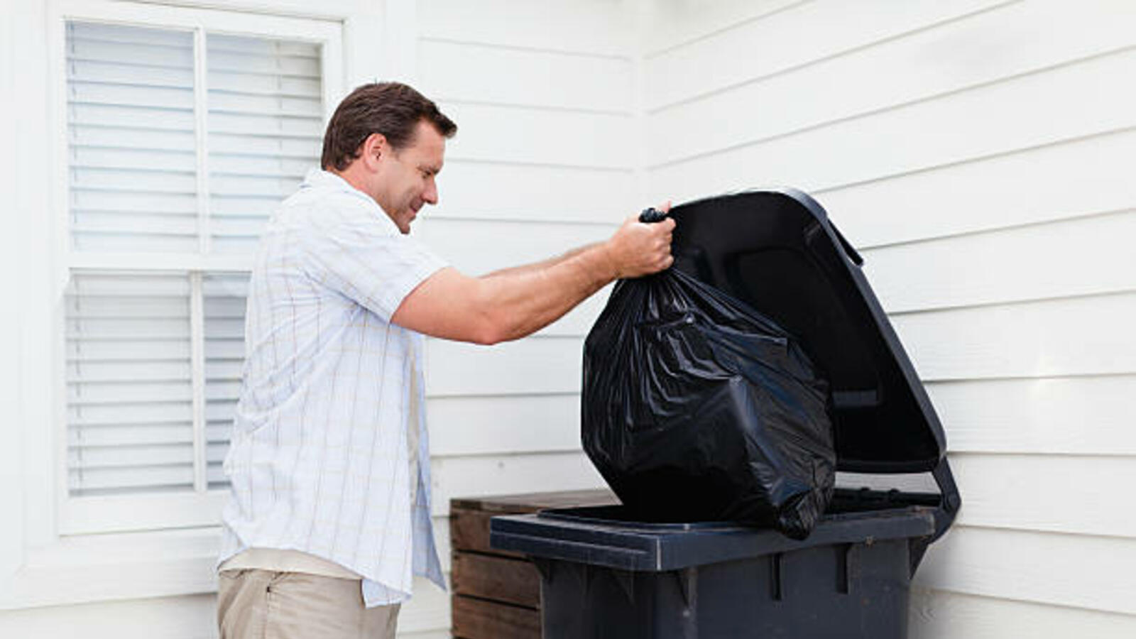You've Been Putting Garbage Bags In The Wrong Way.. Here's How To Do It!
