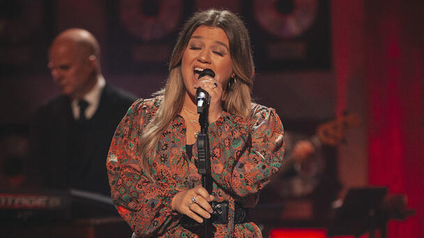 Kelly Clarkson Honors Joe Diffie With 'Prop Me Up Beside The Jukebox' Cover