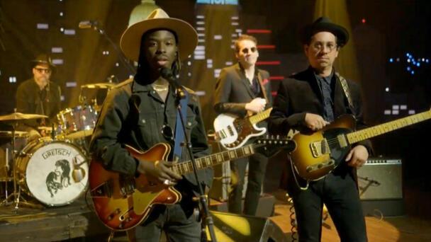 Watch Black Pumas' Eric Burton singing in the crowd! MISSION! 8/11-12!