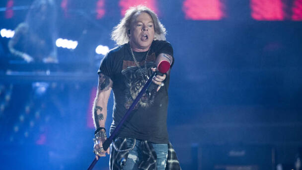Axl Rose Thanks Fans For Helping Him Get Through Illness At Chicago Concert
