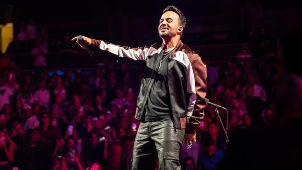 Luis Fonsi recibió el iHeartRadio Corazón Latino Award 2021