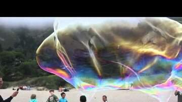 Alejandro - Así se ven unas burbujas inmensas en medio de una playa